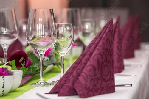 Fotobehang Restaurant Gläser auf gedecktem Tisch