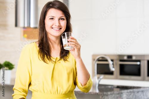 Obraz na dibondzie (fotoboard) Kobieta pije filtrowaną kobietę