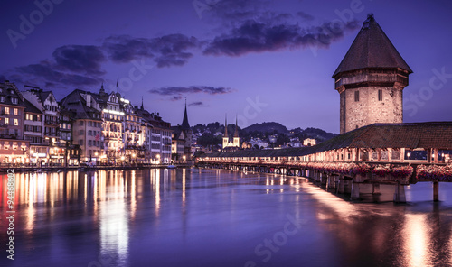 Photographie  Luzern, Switzerland, showing the famous Chapel Bridge reflected