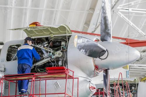 Fotografie, Obraz  Inženýr Aviation Plant opravy proudových motorů v leteckém hangáru
