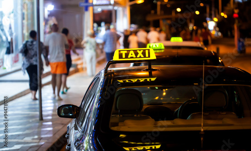 Zdjęcie XXL Znak taksówką w nocy