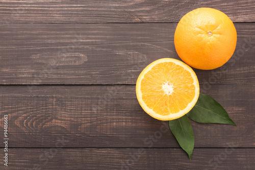 swieze-pomarancze-organicznie-owoc-na-drewnianym-b