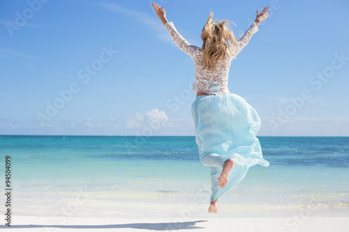Obraz Happy woman on the beach - fototapety do salonu