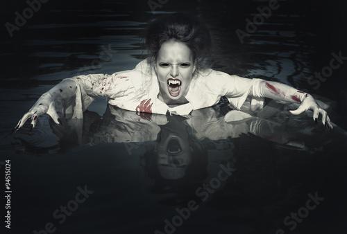 Foto  Schrecklicher Dämon im blutigen Hemd