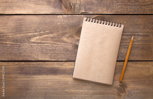 Foto  Blank vintage paper notebook with pencil