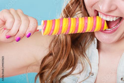 Plakat Letnia kobieta jedzenie popsicle ice pop cream