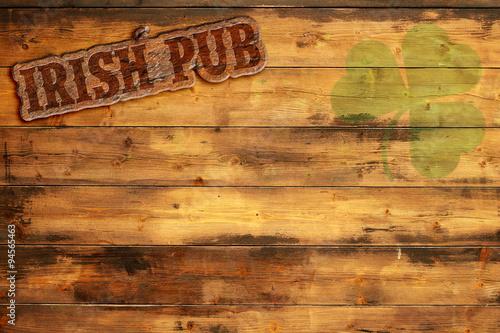 irlandzki-pub-etykieta-i-zielona-koniczyna-na-drewnianym