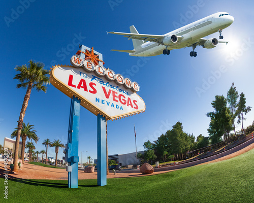 Tuinposter Las Vegas Welcome sign to Las Vegas with airplane in the sky