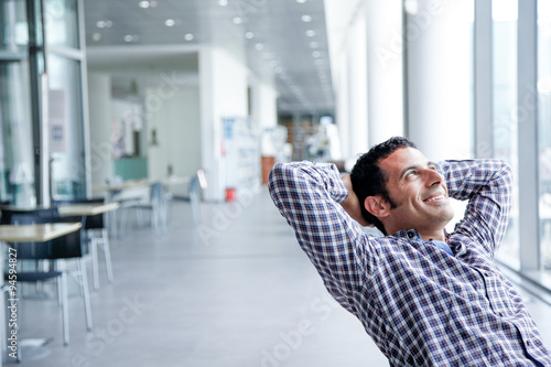 Fotografie, Obraz  Giovane manažer durante una pauza dal lavoro