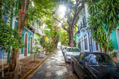 piekna-ulica-posrod-drzew-w-san-juan-portoryko