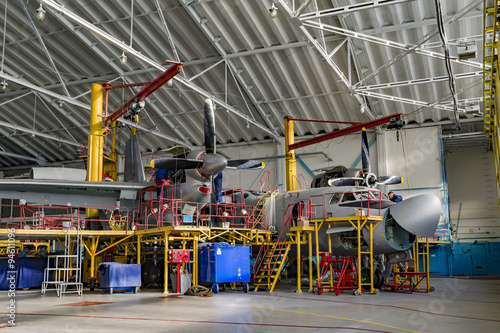 Photo Inside aerospace hangar stand airplane