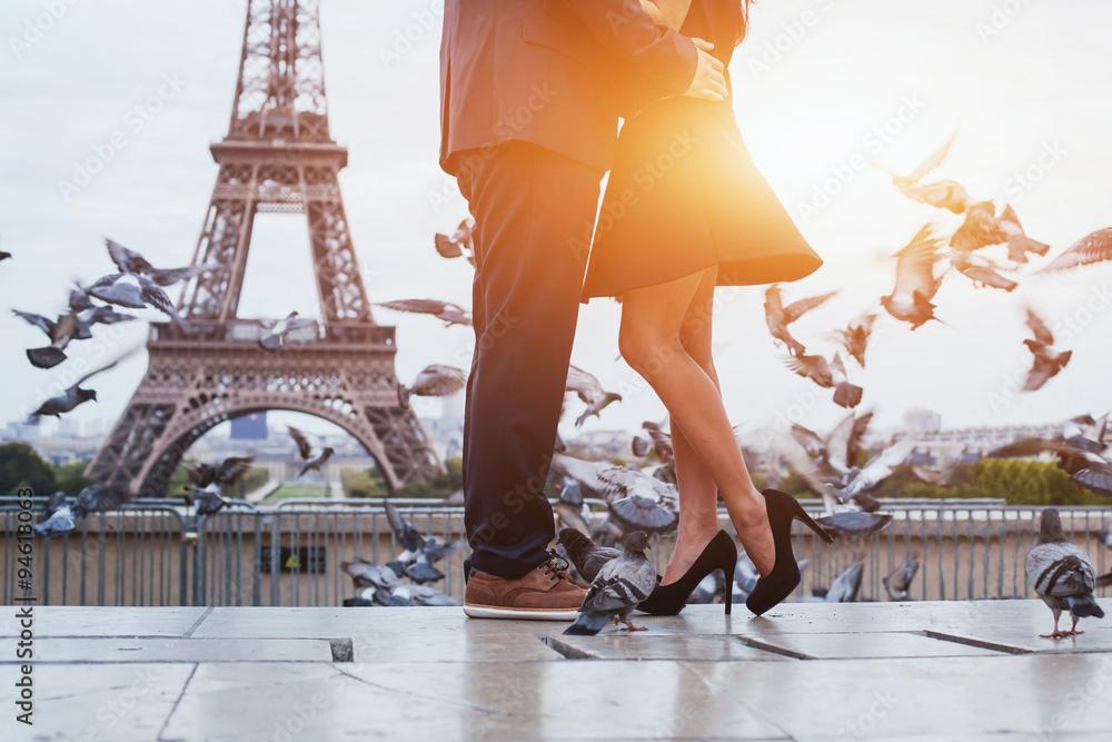 Fototapety, obrazy: couple near Eiffel tower in Paris, romantic kiss
