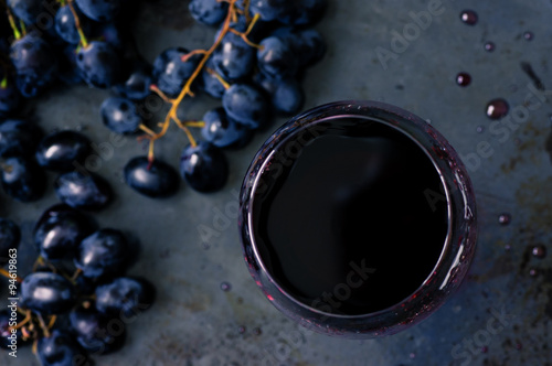Foto  Red wine in a wineglass top view