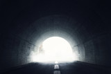 Dunkler Tunnel mit Licht am Ende