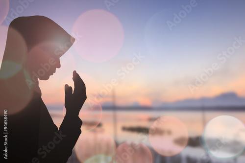 Obraz na płótnie Muzułmańska kobieta modli się i Piękny tło.