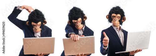 In de dag Aap Happy monkey man holding a laptop