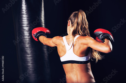 Láminas  Beautiful Fitness Woman Boxing with Red Gloves