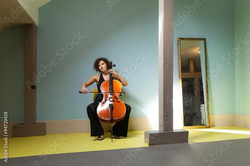 Fotografia young girl playing cello