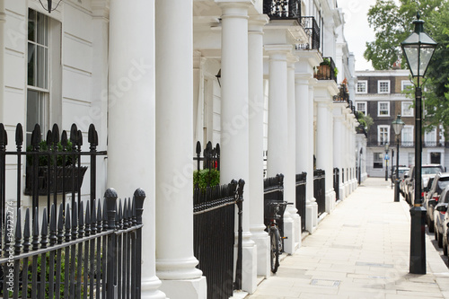 Photo  Row of beautiful white edwardian houses in Kensington, London
