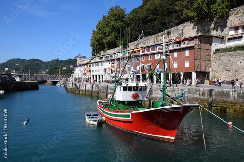 Photo  Chalutier de pêche dans le port de San Sebastian