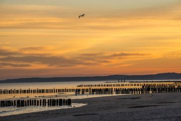 Sonnenaufgang an der Ostsee mit Buhnen
