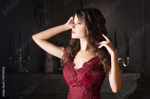 Fotografía  Attractive woman in long claret lace dress