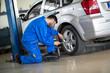 Mechanic change tyre