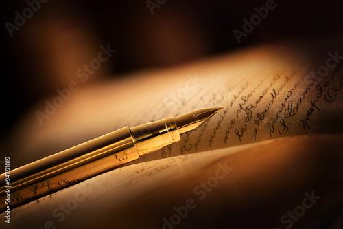 Canvastavla penna stilografica con libro antico