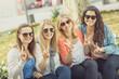Vier junge Frauen zeigen Victory Zeichen