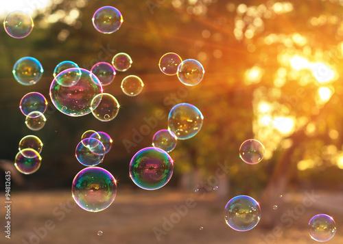Fotografie, Obraz  Mýdlové bubliny do západu slunce s krásným bokeh.close-up