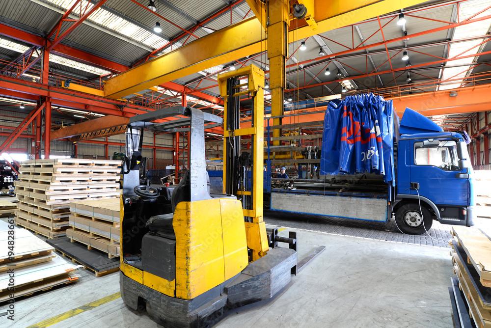 Gabelstapler/ Hubwagen und LKW zur Verladung in einer Industriehalle ...