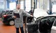 Gutachter in einer Autowerkstatt prüft fahrzeug für den TÜV