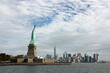 New York, arrivée devant la statue de la Liberté et la sky line de Manhattan
