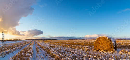 Fotografie, Obraz  закат на сельском поле с сеном и первым снегом, Россия, Урал