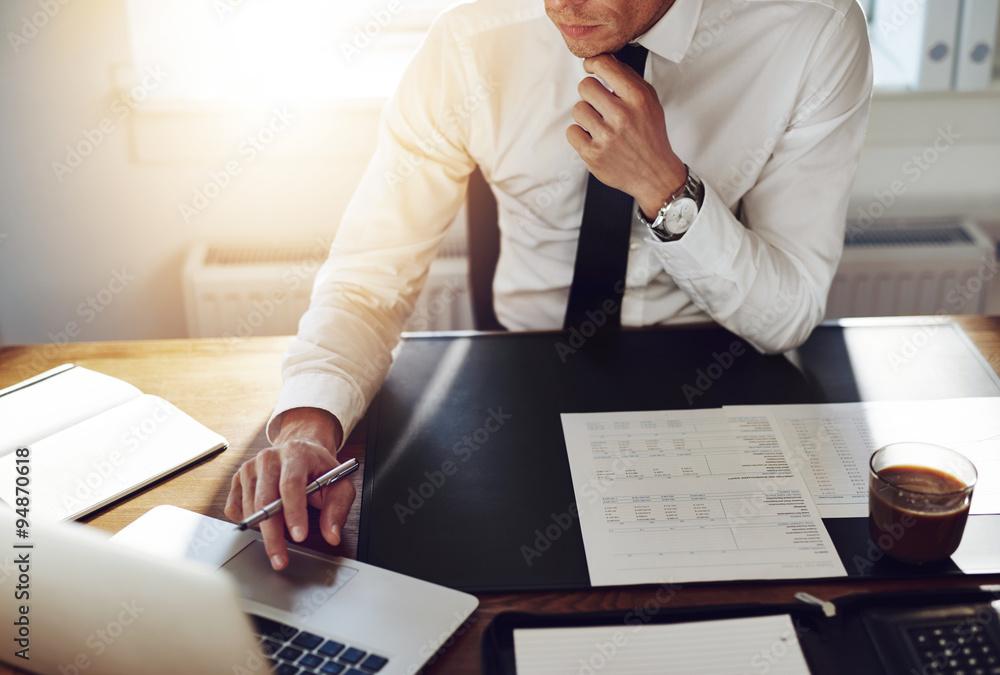 Geschäftsmann, der im Büro arbeitet, Berater Rechtsanwalt Konzept ...