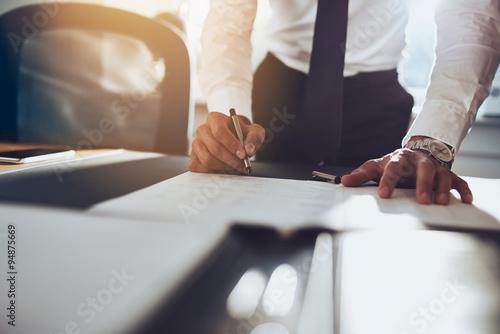 Fotografía  Cierre para arriba el contrato de firma del hombre de negocios