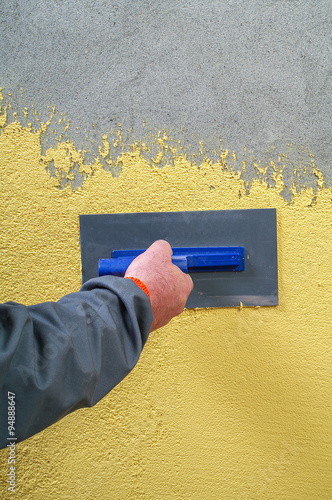 Photo  Construction workers applied decorative plaster facades on the c