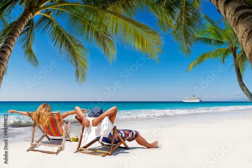Plakat Para na tropikalnej plaży w Malediwy