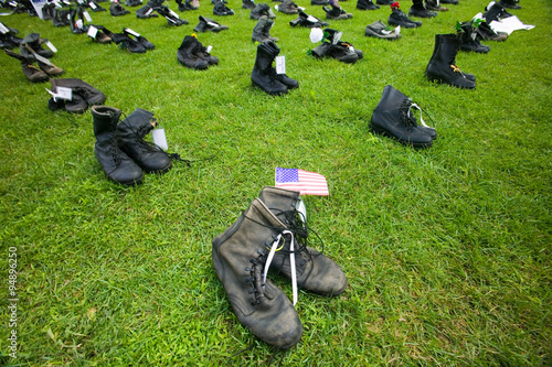 Fotografia  1746 Military boots symbolizing US Military Personnel killed in Iraq as displaye