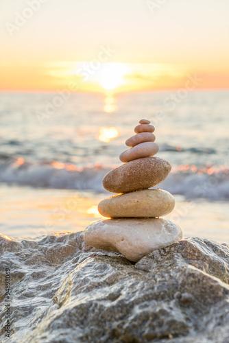 Keuken foto achterwand Stenen in het Zand Stones pyramid on sand symbolizing zen, harmony, balance. Ocean