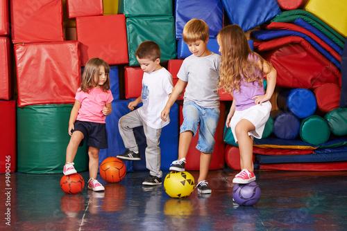 Foto  Kinder spielen Fußball Mit Bällen