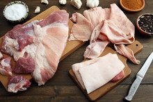 Carne Cruda Di Maiale Su Tavolo Di Legno Rustico