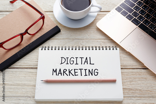 Fotografía  Concepto de marketing digital en el escritorio de oficina