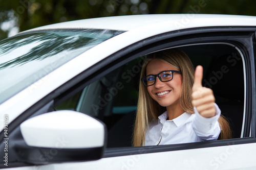 Fotografija  Woman makes gesture with thumb up