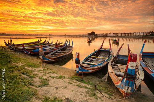 Foto op Plexiglas Venetie Wooden boat in Ubein Bridge at sunrise, Mandalay, Myanmar (World longest wooden bridge)
