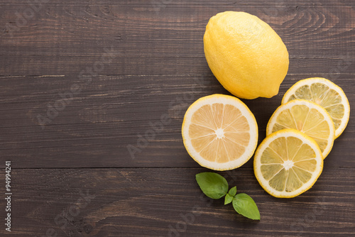 Fotografía  Fresh slice lemon on the wooden background
