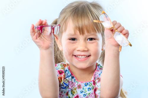 Fotografía  Muchacha que sostiene los vidrios lindos.
