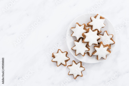 Papiers peints Biscuit Christmas cookies stars on a white background, top view