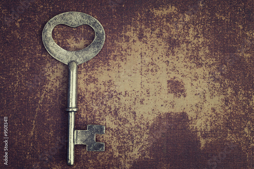 Foto-Tapete - Old vintage key on shabby chic surface (von iLight photo)