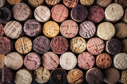 Montage in der Fensternische Wein Wine corks background close-up
